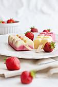 Erdbeer- und Mangoeis am Stiel
