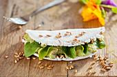 Tapioka gefüllt mit Guacamole und mit aktivierten Sesam (Brasilien)