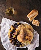 Gebratenes Hähnchen mit Kartoffeln, Brot und Weisswein