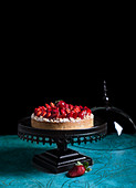 Erdbeerkuchen auf Kuchenständer