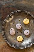 Gelbe und violette Macarons mit Kornblumenblüten