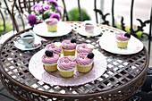 Brombeer-Cupcakes auf Balkontisch