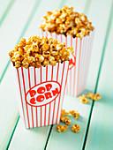 Karamellisierter Popcorn in zwei Tüten