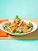 Vietnamesischer Nudelgericht mit Hähnchen