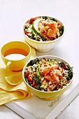 Breakfast-Bowl mit Reis, Quinoa, Gemüse, Lachs und Haloumi