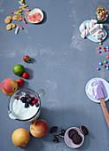 Zutaten für Frozen Joghurt Eisdesserts (Joghurt, Obst, Kekse, Süssigkeiten)