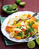 Tropischer Fruchtsalat mit Chili und Limetten
