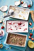 Laktosefreies Kokos-, Erdbeer- und Schokoladen-Avocadoeis