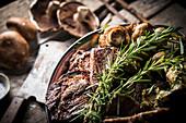 Fleisch mit Champignons und Rosmarin