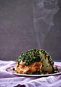 Ganzer Blumenjohl in Tahini-Gewürzkruste mit Mandel-Kräuter-Pesto