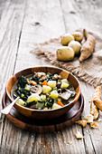 Toskanische Kartoffelsuppe mit Pilzen und Salsiccia