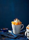 Clementinendessert mit Sahne und Schokoraspeln