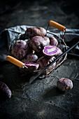 Frische Trüffelkartoffeln im Drahtkorb