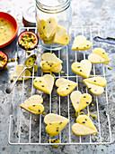Glutenfreie Passionsfrucht-Kekse mit Maracuja-Glasur auf Abkühlgitter
