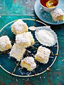 Lemontons: Kuchenwürfel mit Zitrone und Kokosraspeln