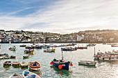 Fischerboot in dem Hafen von St. Ives, Cornwall, England