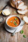 Roast tomato soup with bread
