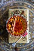 Buchu-Honeybush-Tee mit Gin und Granatapfelkernen