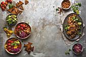 Mexikanische Suppe mit Kichererbsen, geräuchertem Pulled Pork und Guacamole