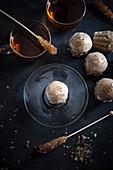 Vegane Kräuterteemuffins mit Gewürzblüten, dazu Kräutertee