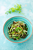 Algae and courgette noodle salad with a chervil vinaigrette (vegan)