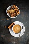 Eien Tasse Kaffee und Zwieback-Waffel