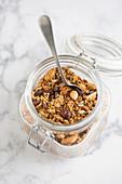 Honig-Nuss-Granola mit Kokosflocken, Gojibeeren und Körnern