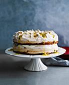 Passionsfrucht-Baiser-Kuchen auf Tortenständer