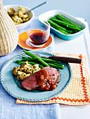 Roastbeef, gebratener Blumenkohl und grüne Bohnen