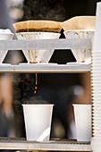 Filterkaffee tropft in Pappbecher auf einem Bauernmarkt in San Francisco, USA