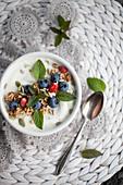 Smoothie Bowl mit Joghurt, Blaubeeren, Kernen und Minze