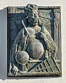 Tycho Brahe mit Sonnenuhr, Relief von Jo Jastram 1996, Rostock, Deutschland