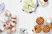 Matcha-Cheesecake, Earl Grey-Himbeerkrapfen und Rosentee-Rhabarberpies