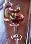 Whiskeycocktail mit Artischockenblatt