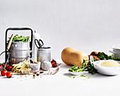 Stillleben mit Butternusskürbis und Küchenutensilien