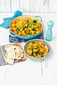 Vegetarisches Kartoffelcurry mit Kürbis, Brokkoli und Spinat