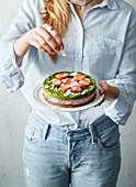 Cheesecake mit Weizengras und Erdbeeren