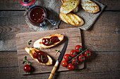 Grilled baguette with tomato jam (vegan)