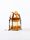 Banoffee mit Schokoladensauce im Glas