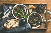 Miesmuscheln auf belgische Art in Tomatensauce mit Brot (Aufsicht)