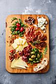 Italienische Antipastiplatte mit Schinken, Oliven, Käse, Tomaten, Wurst und Brot