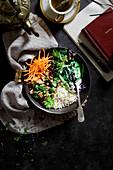 Lunch Bowl mit Reis, Huhn und Gemüse