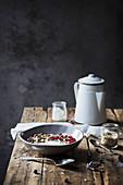 Frühstücksmüsli im Schälchen auf rustikalem Holztisch