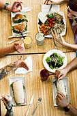 Freunde essen zusammen im Restaurant