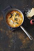 Amarant-Polenta mit Kürbis, Käse und Salbei