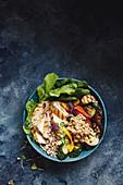 Bowl mit gegrillter Hähnchenbrust, Gemüse und Gerste
