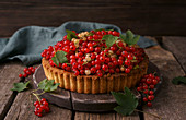Currant cake with red and white currants