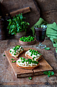 Bruschettas with peas and mint