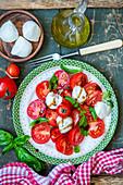 Capresesalat mit Tomaten und Mozzarella