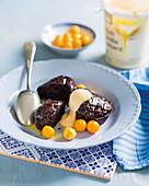 Schokoladen-Malva Pudding mit weisser Schokoladensauce und Kapstachelbeeren